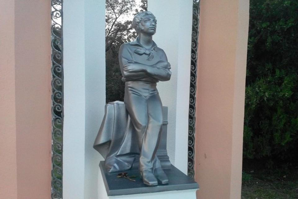 Отреставрированный Пушкин снова смотрит вдаль на набережной Керчи.