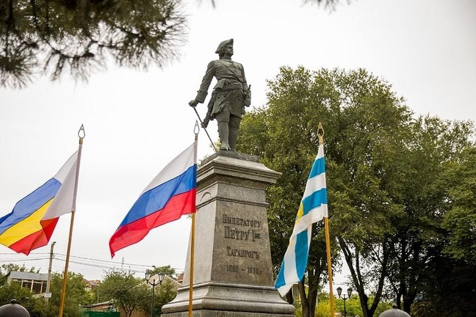 Цветы возложили в памятнику Петру I. Фото: сайт правительства РО