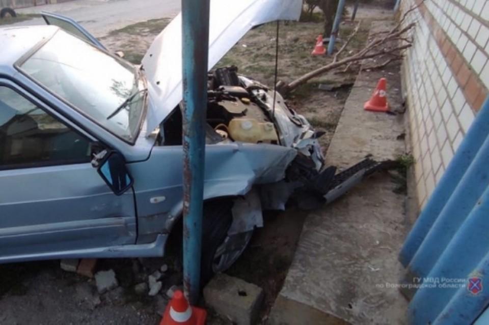 Машина разбита, дом пострадал не так сильно.