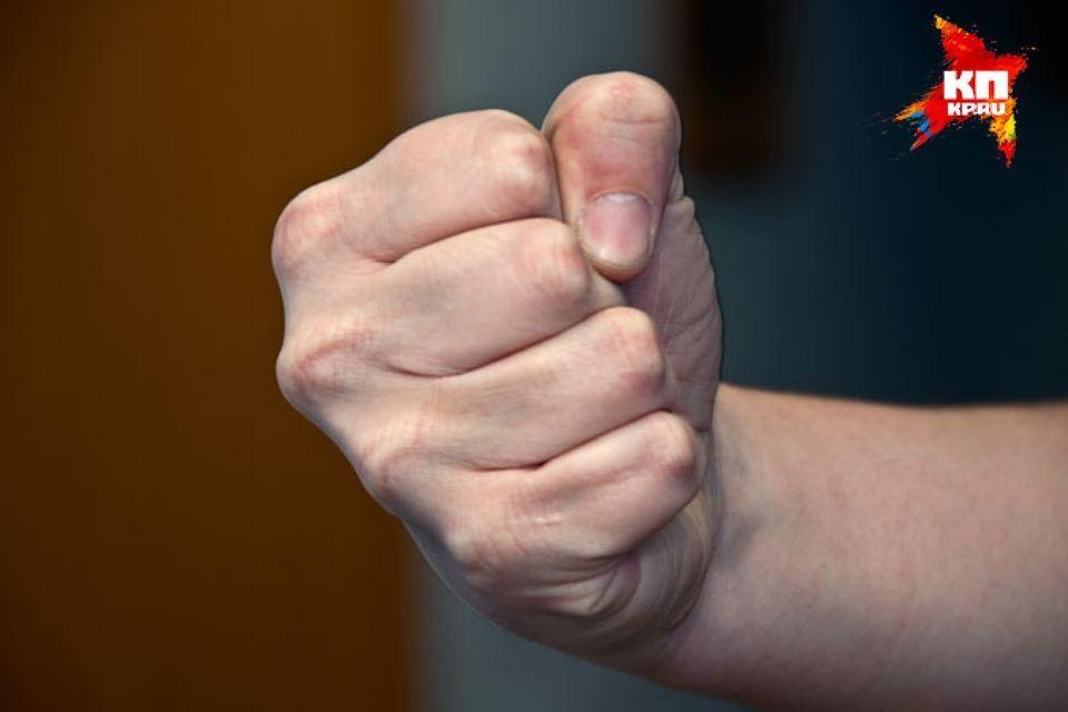 Двум жителям Бобровского района за то, что они распустили кулаки (да и ноги тоже), грозит уголовное дело и срок.