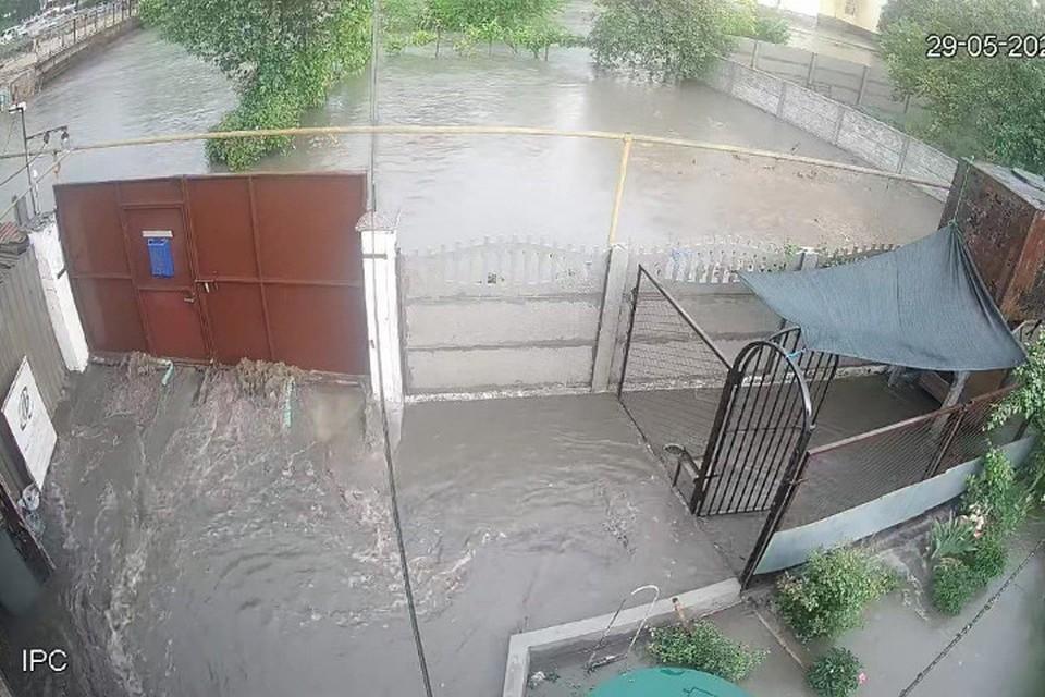 Салгир приходит в каждый двор по улице Ракетная. Фото: камеры видеонаблюдения