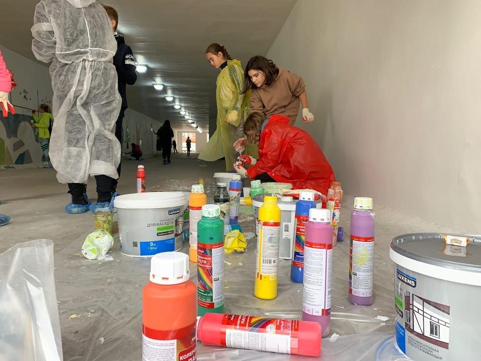 Ученики красноярской школы №157 разрисовали подземный пешеходный переход на Авиаторов. Фото: мэрия Красноярска