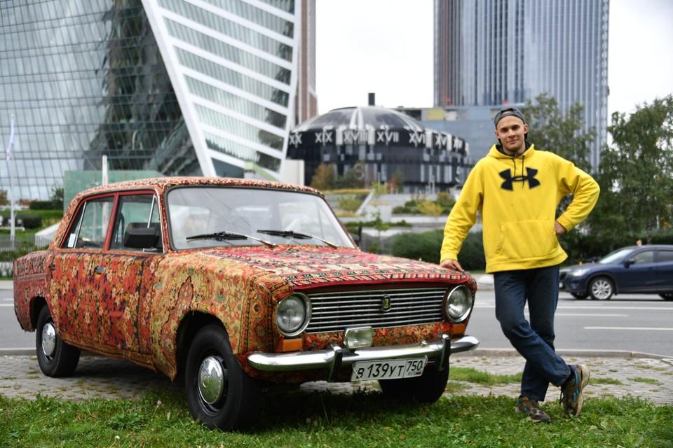22-летний москвич Георгий Магаков обшил советским наследием классические «Жигули» ВАЗ-2101.
