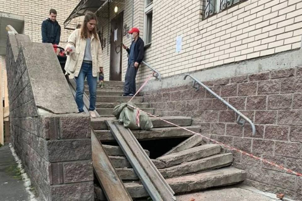 В Петербурге развалилось крыльцо многоэтажки