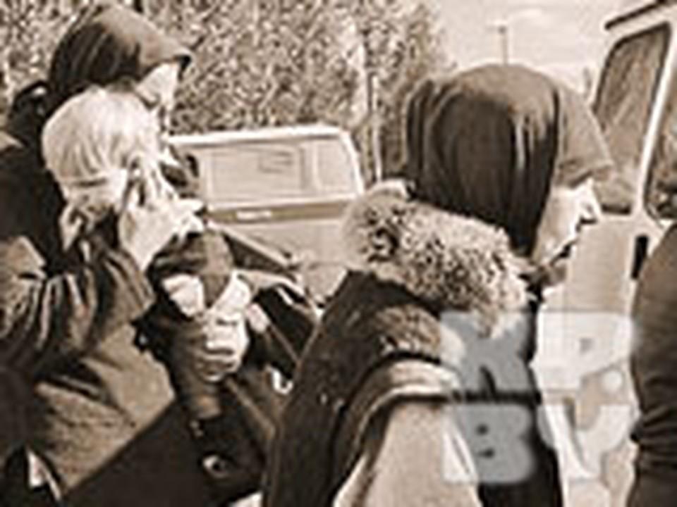 Затворники садятся в «ГАЗель», на которой их повезут в Беларусь. Инна Вабищевич держит на руках свою дочь Леночку.