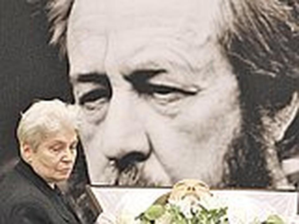 Вдова писателя у гроба. Фото: Александр ЖДАНОВ.