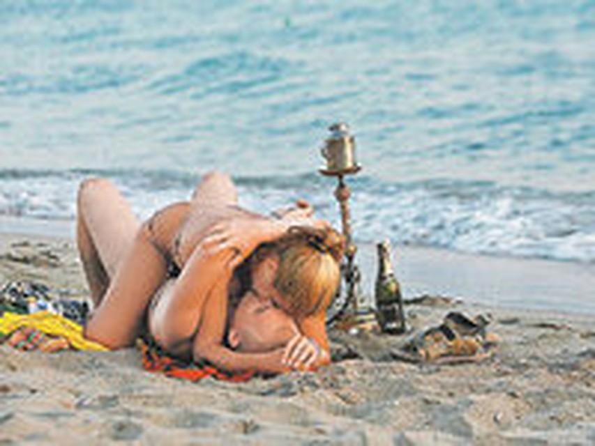 Секс на пляже. Порно с голыми девушками на пляже.
