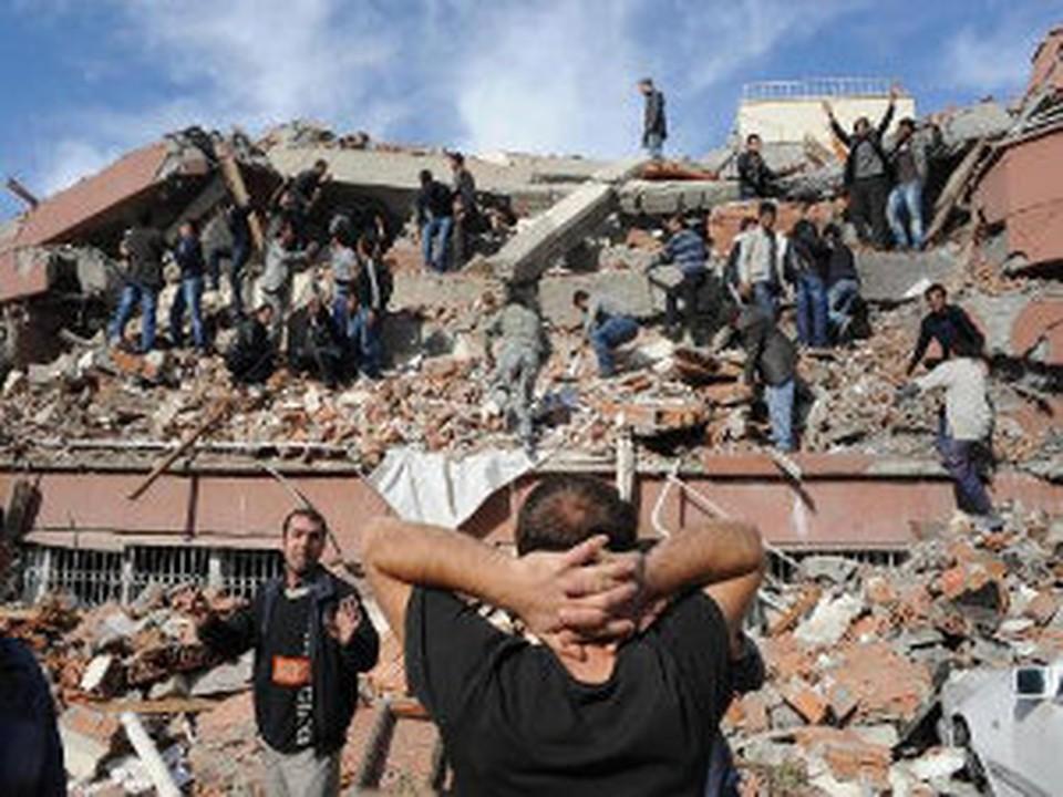 Землетрясение в Турции унесло жизни более 200 человек