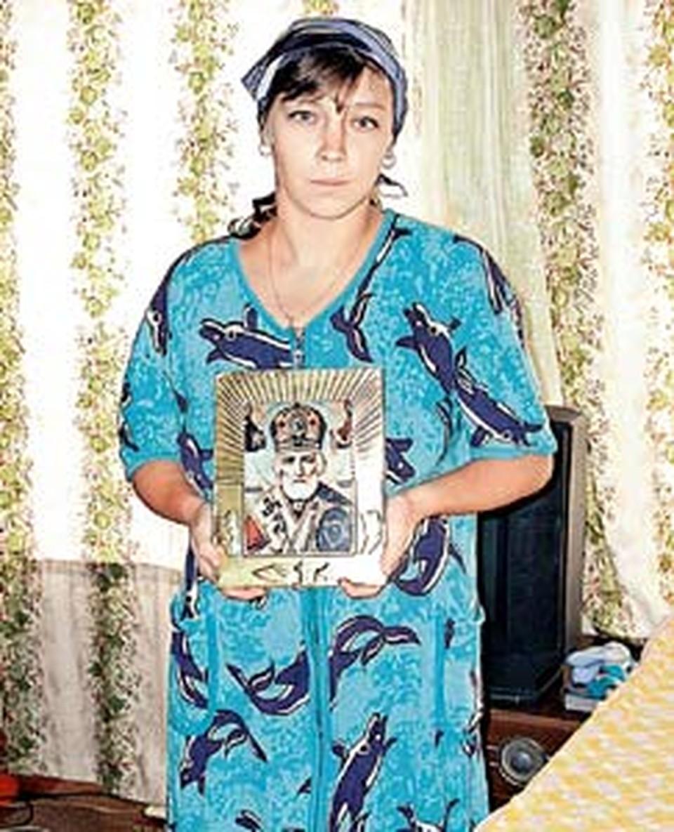 Нынешняя хозяйка дома на Чкаловской Наташа Курдюкова с иконой Николая-угодника.