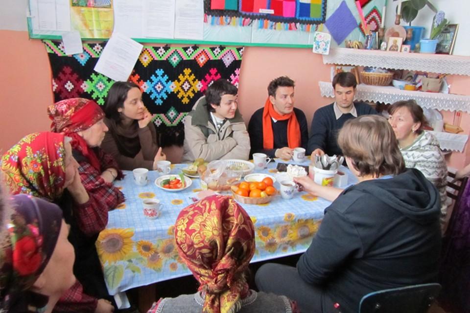 """""""Бурановские бабушки"""" принимают гостей-журналистов из разных стран мира."""