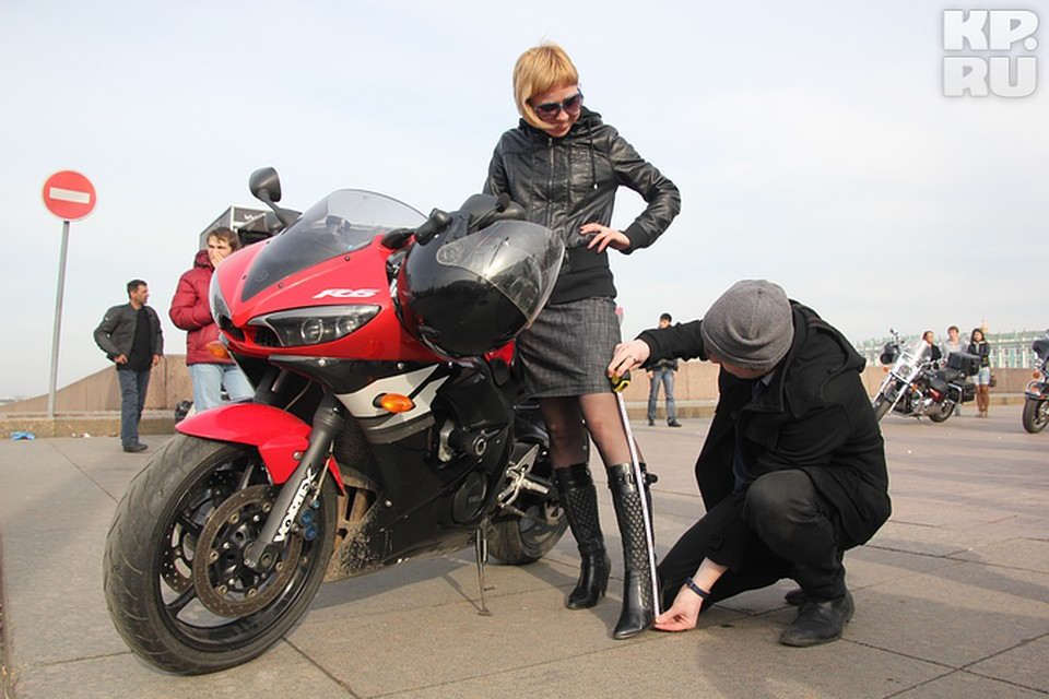 В коротких юбках на мотоцикле