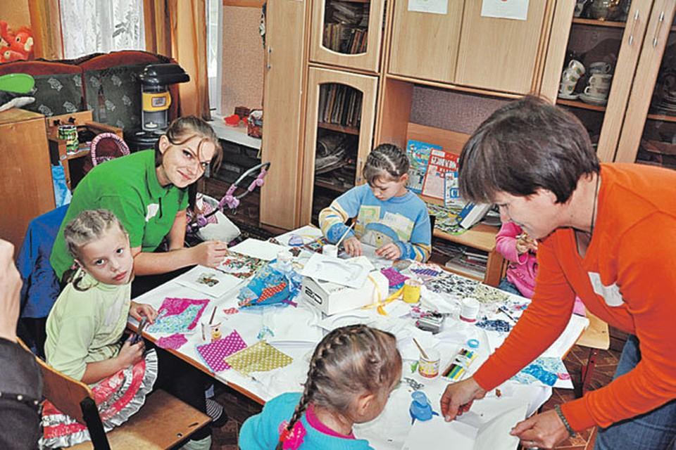 В рамках программы «Достойный дом детям!» фонд ремонтирует санузлы, меняет старые деревянные окна на пластиковые, а также оборудует комнаты развития, спортивные и игровые площадки.