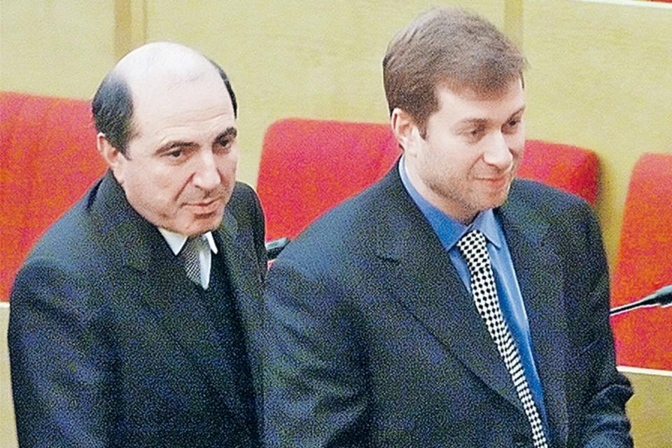 Борис Березовский (слева) и Роман Абрамович - еще рука об руку.