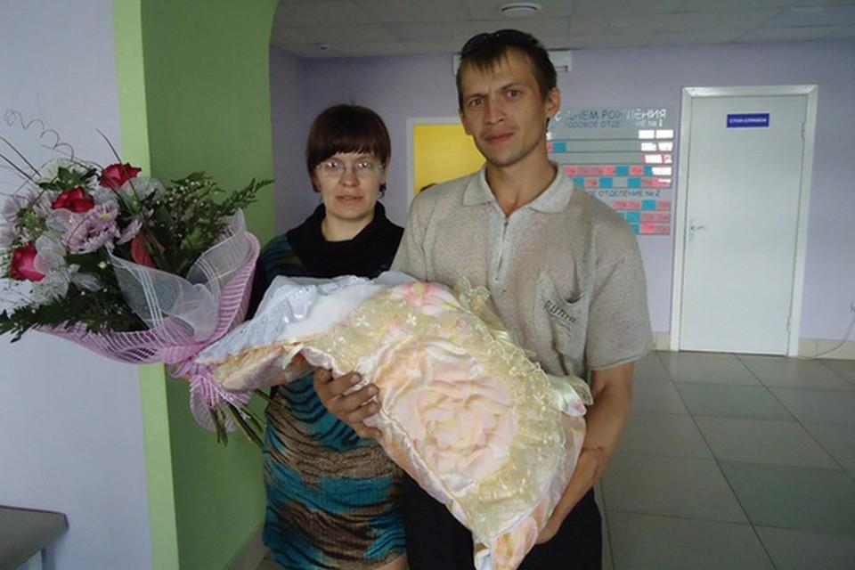 Вячеслав Никитин с женой Светланой и новорожденной третьей дочкой.