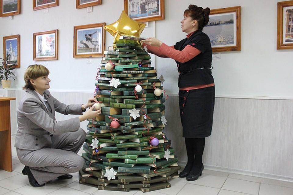 В библиотеке под саратовом построили елку из книжек.