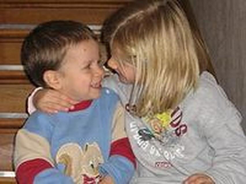 Брат побаловался со своей младшей сестрой пока родители были на даче видео