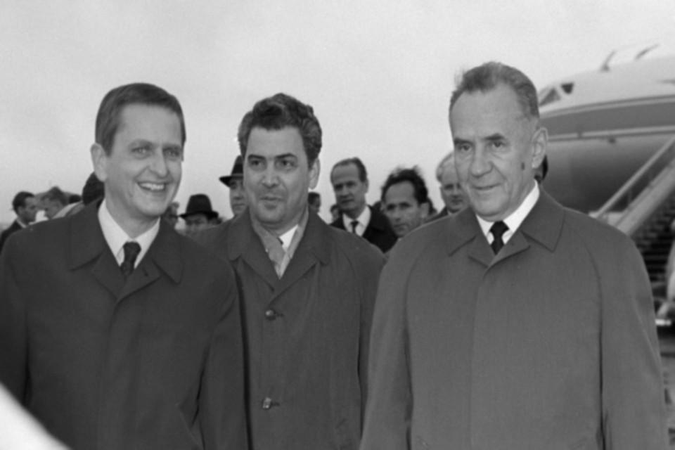 Премьер-министр Швеции Улоф Пальме (слева) и Председатель Совета Министров СССР Алексей Николаевич Косыгин (справа) на Внуковском аэродроме.