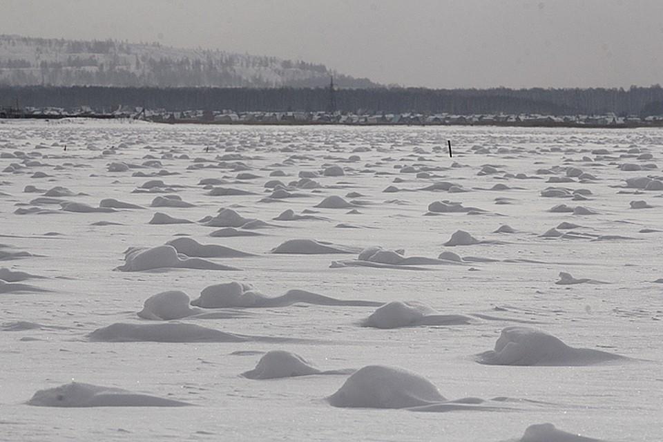 Жители Челябинской области обнаружили на берегу озера снежные аномалии