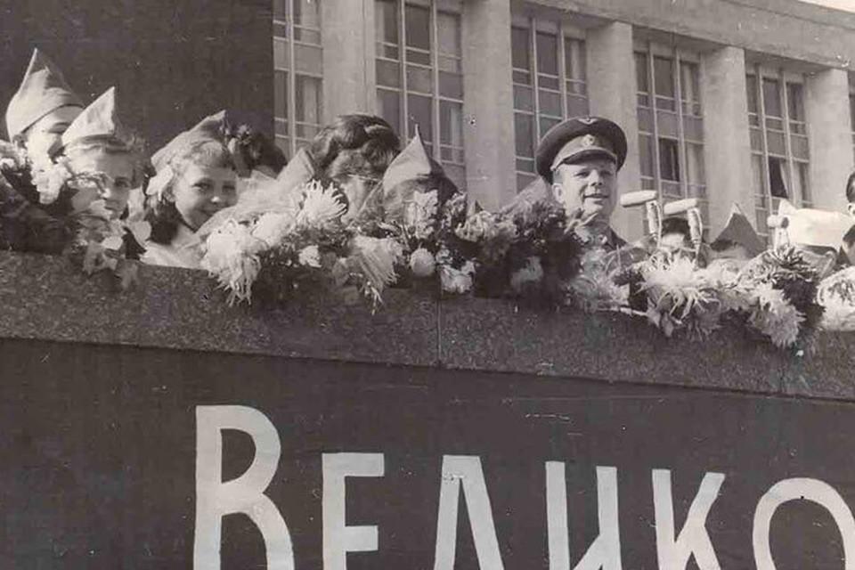 Первый космонавт Земли с кишиневскими пионерами на площади. Октябрь 1966 года.