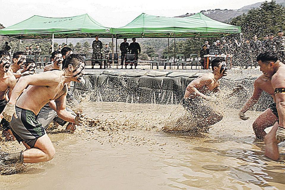 Две армии к войне уже готовы: южнокорейские солдаты тренируются в рукопашном бою...