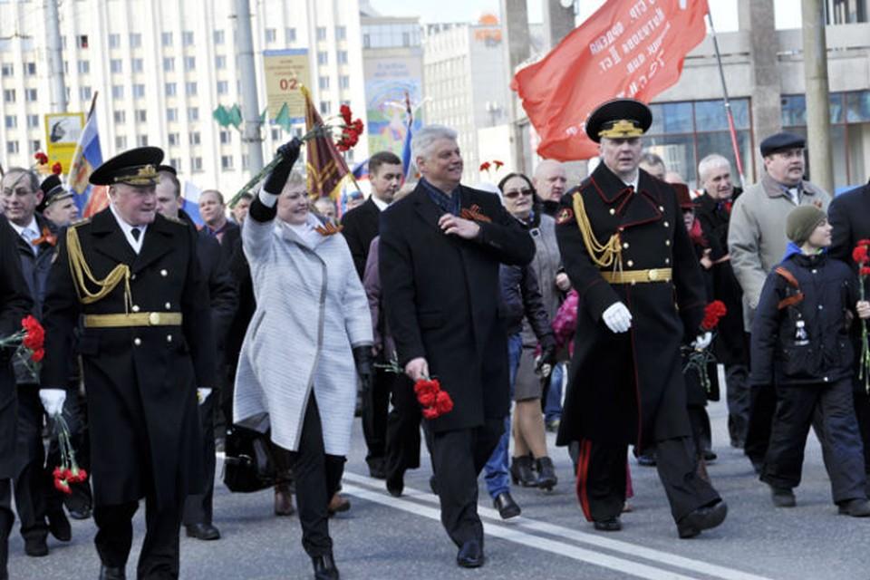 На недавнем параде в День Победы Василий Шамбир вместе с другими руководителями области возглавил праздничное шествие к мемориалу Защитникам Заполярья