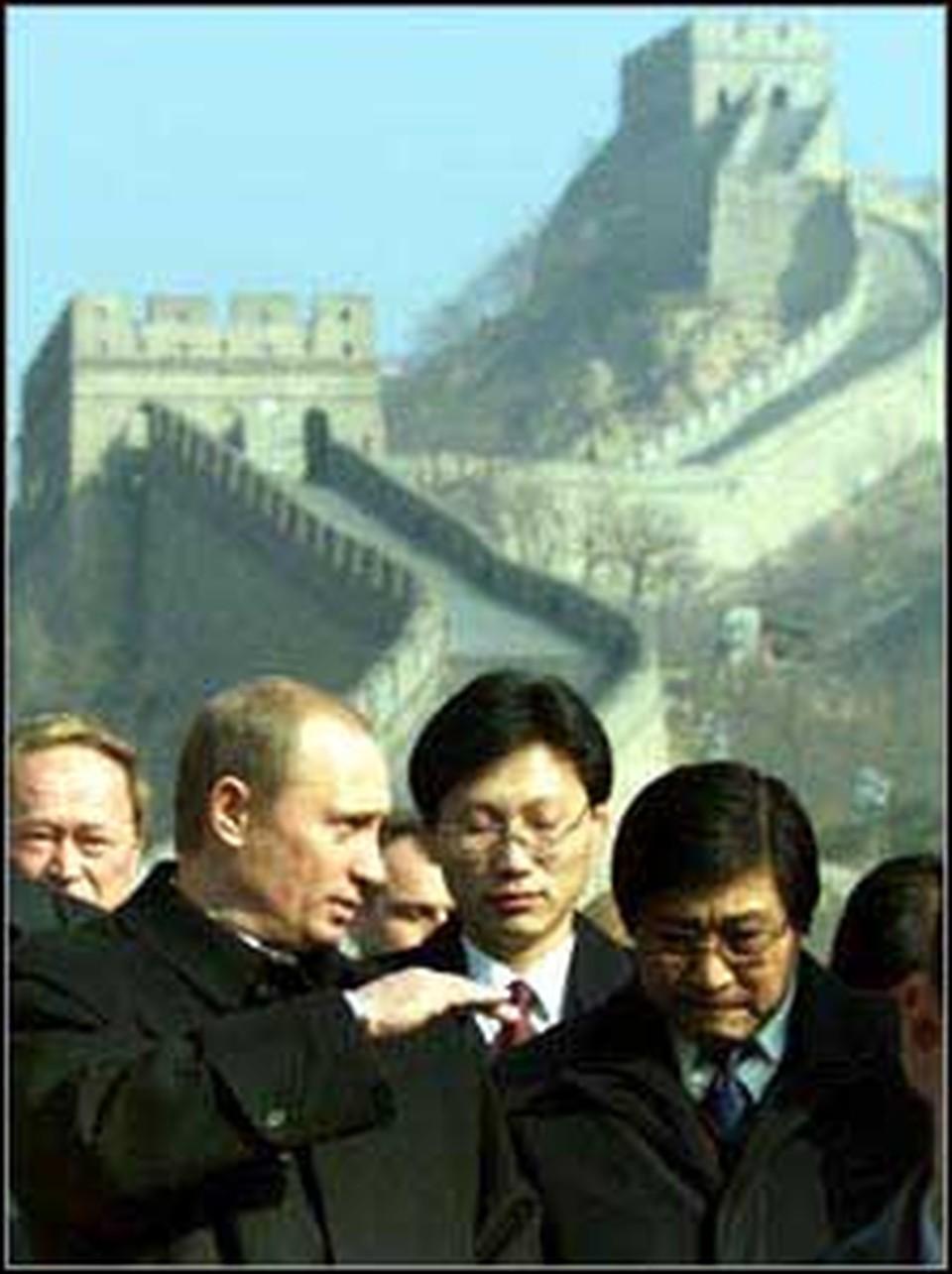 Встреча Владимира Путина с генсеком Ху Цзиньтао (крайний справа) прошла на очень высоком уровне - Великой Китайской стены.