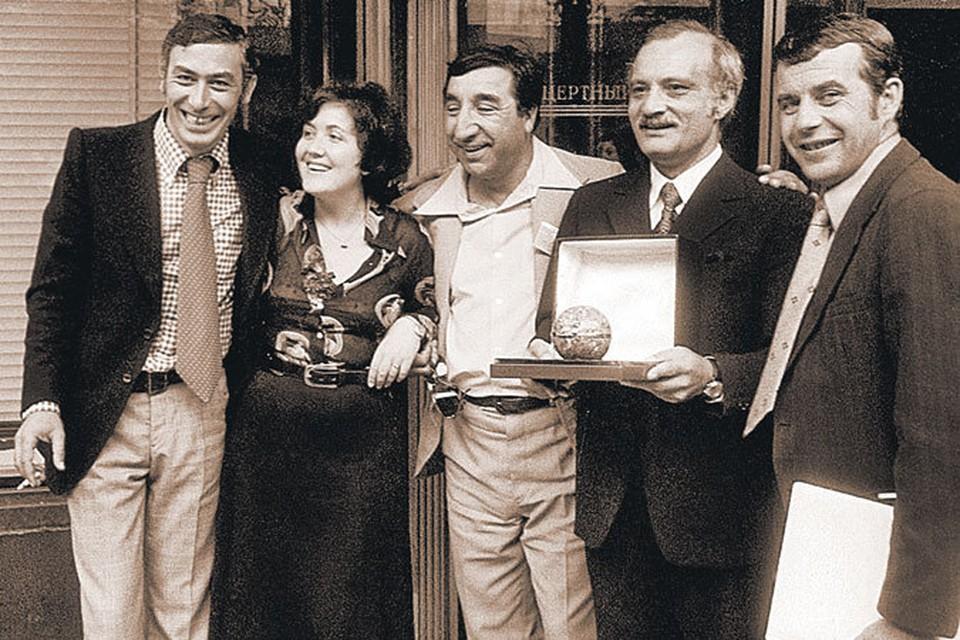 «Как молоды мы были...» - (слева направо) Вахтанг Кикабидзе, Фрунзик Мкртчян, Георгий Данелия и Резо Габриадзе для Виктории Самойловны просто любимые друзья.