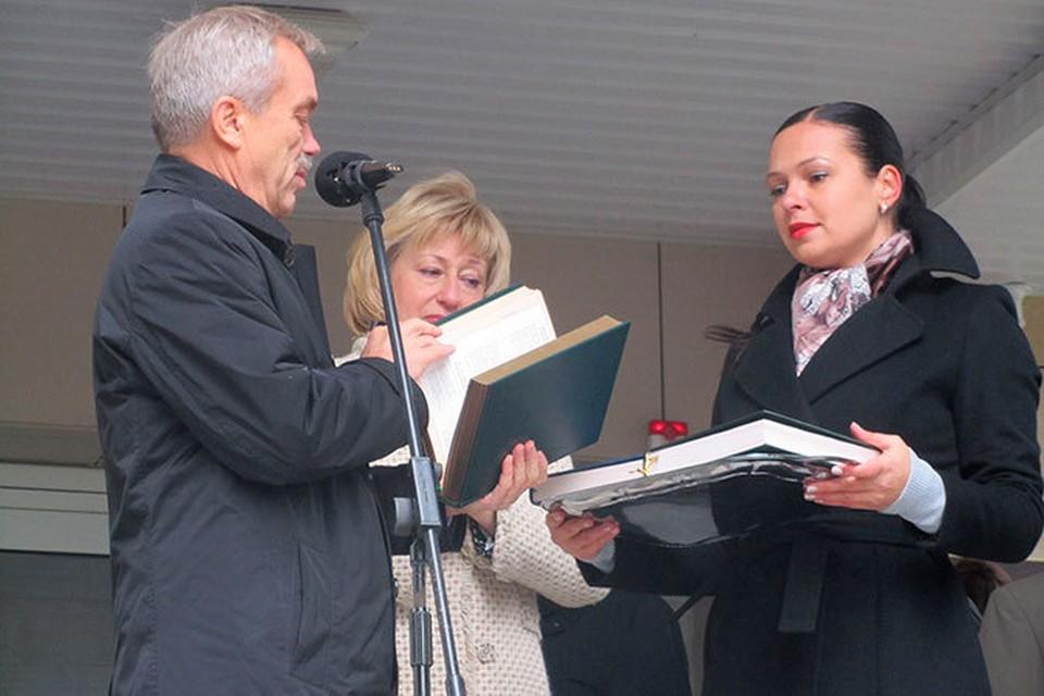 Высокопоставленные гости подарили библиотеке книги.