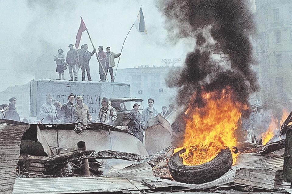 В центре Москвы вокруг «Белого дома» в октябре 1993-го выстроились баррикады защитников парламента.