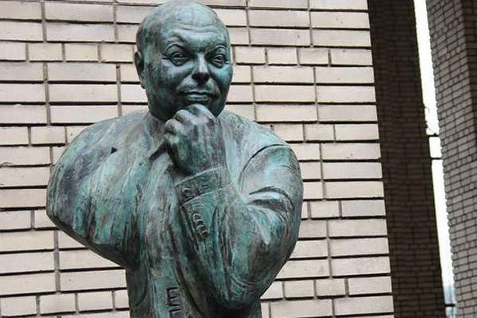 Картинки по запросу Памятник Егору Гайдару