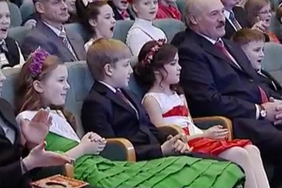 В первом ряду сидел Александр Лукашенко, недалеко - Коля Лукашенко, справа и слева от которого сидели две симпатичные девочки примерно тех же лет.
