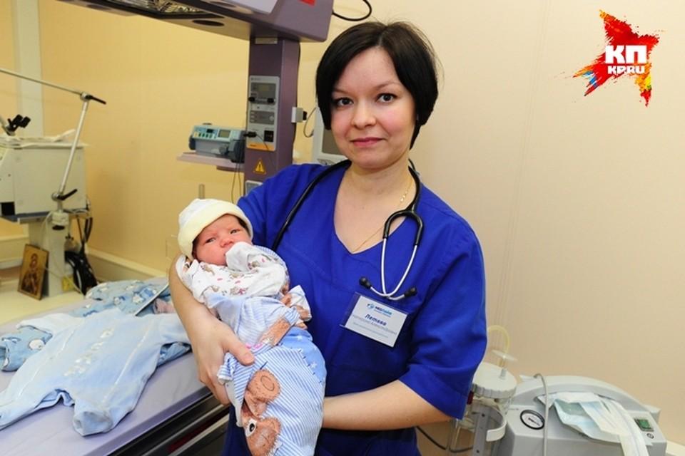 Миша на руках у врача клиники, в которой находится беби-бокс.