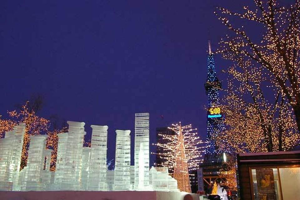 Вечером парк снежных фигур выглядит особенно впечатляюще