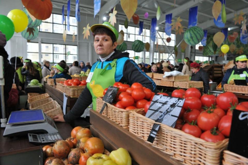 Готовимся и ко взлету цен на фрукты-овощи, которые также завозят в основном из других стран.