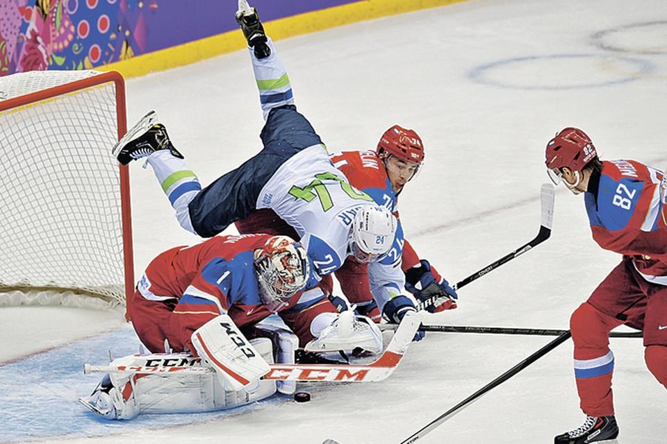 Словенцы атаковали нашего вратаря Семена Варламова даже сверху...