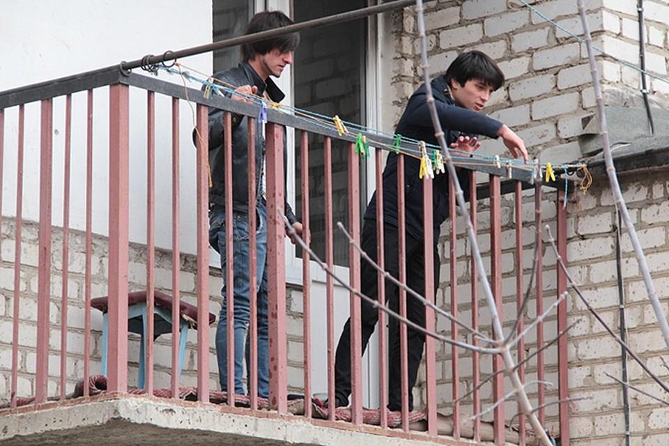 Молодые люди вытащили пострадавших из квартиры.