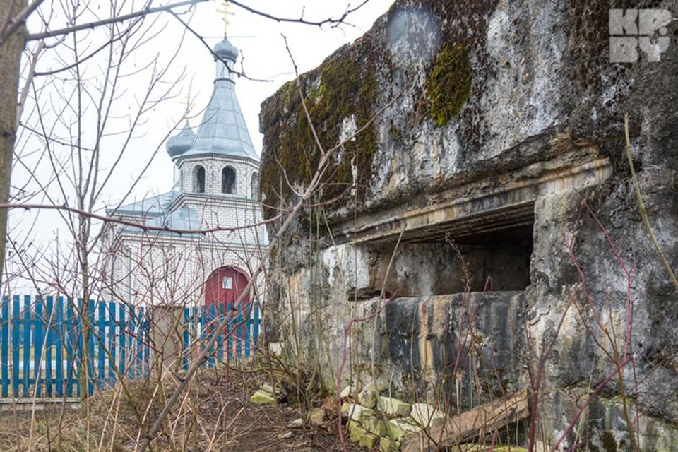 Весь центр деревни Выгонощи на 150 дворов словно облеплен столетними немецкими дотами.