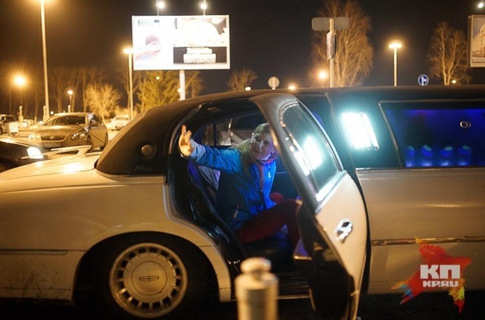 """Родные Алены Кауфман подогнали к выходу аэропорта """"Кольцово"""" белый лимузин"""
