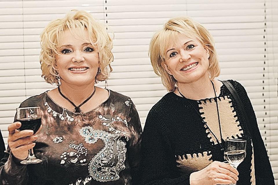 Сестра Татьяна (справа) сопровождала артистку во всех поездках.