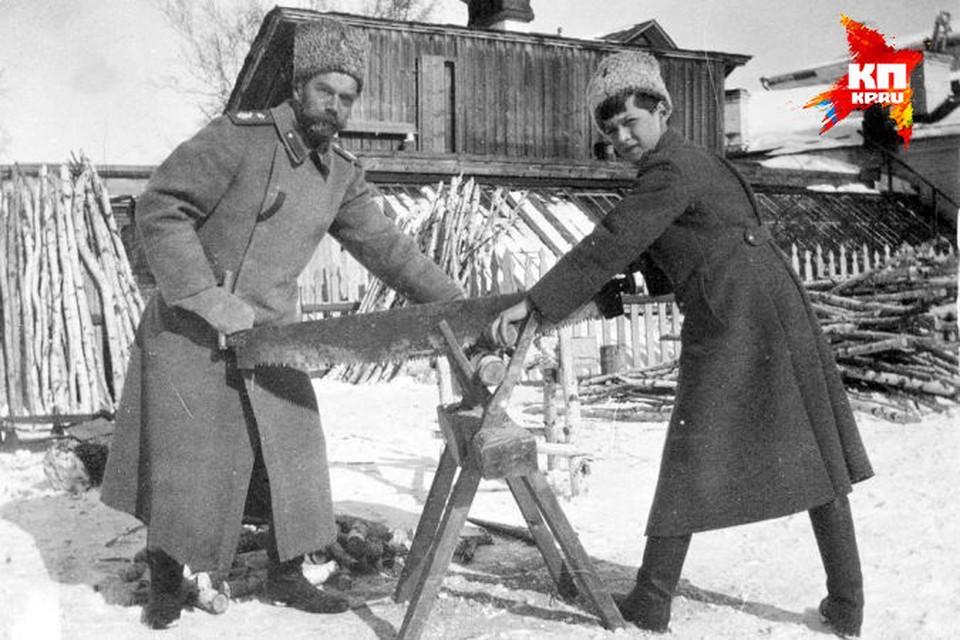 Перед тем как попасть в Екатеринбург, царская семья находилась под домашним арестом в Тобольске. На этом снимке Николай II запечатлен со своим сыном Алексеем во время ссылки в 1917-м году.