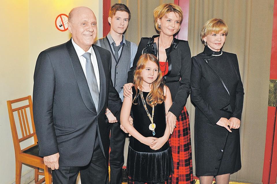 Большая семья почти в полном составе: режиссер Владимир Меньшов, его супруга актриса Вера Алентова (справа), их дочь телеведущая Юлия Меньшова и ее дети Таисия и Андрей.