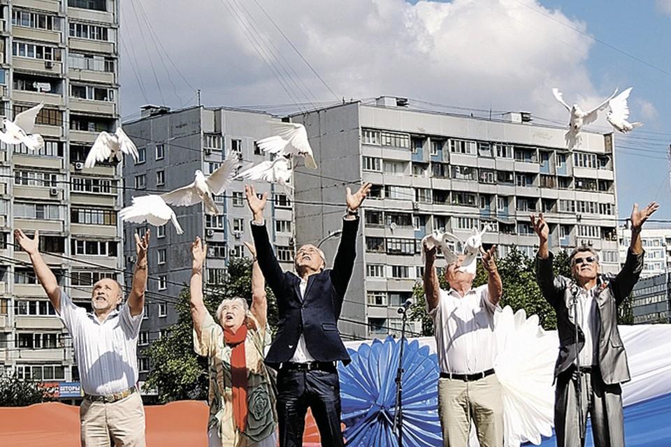 Депутат Мосгордумы Евгений Герасимов (в центре) и жители Строгина открывают народный парк.