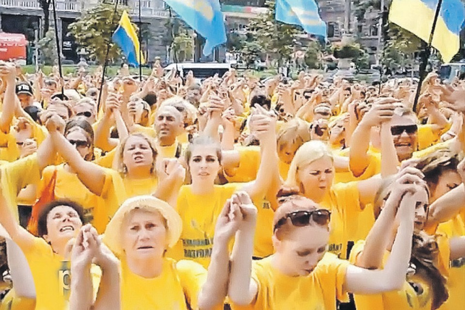 Люди словно заколдованные славили новую киевскую власть.
