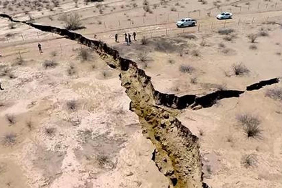 На северо-западе Мексики землю прорезала гигантская трещина