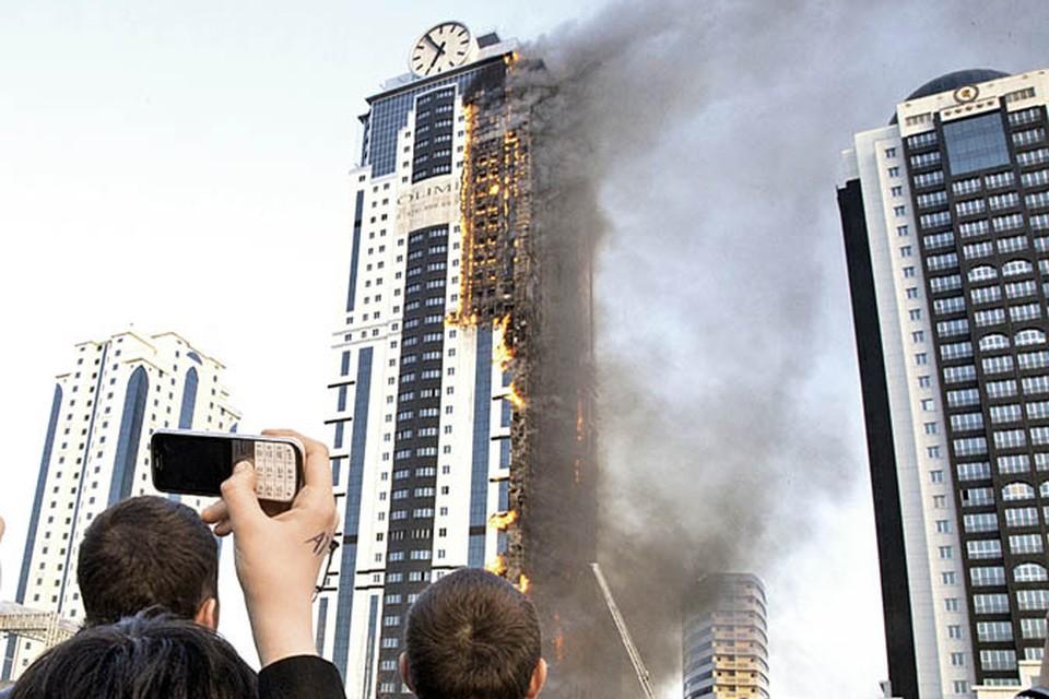 Прошлогодний пожар вГрозном: огонь быстро разнесся по фасаду навсе 42 этажа здания. Фото: Елена ФИТКУЛИНА