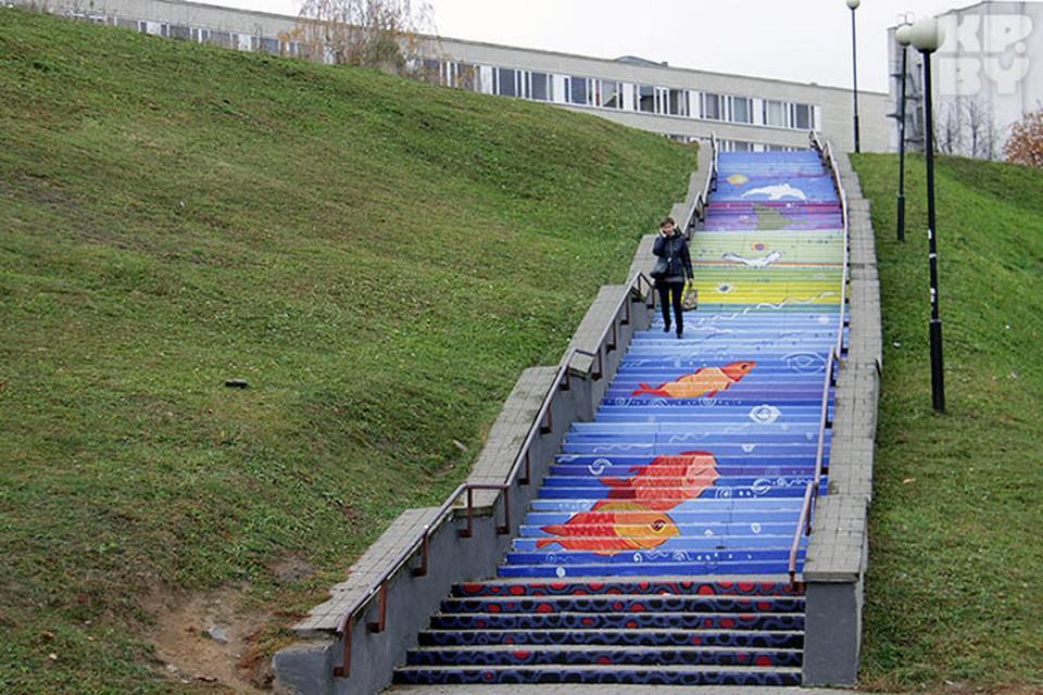 Чтобы разукрасить лестницу ушло 40 литров краски и более 20 часов работы.