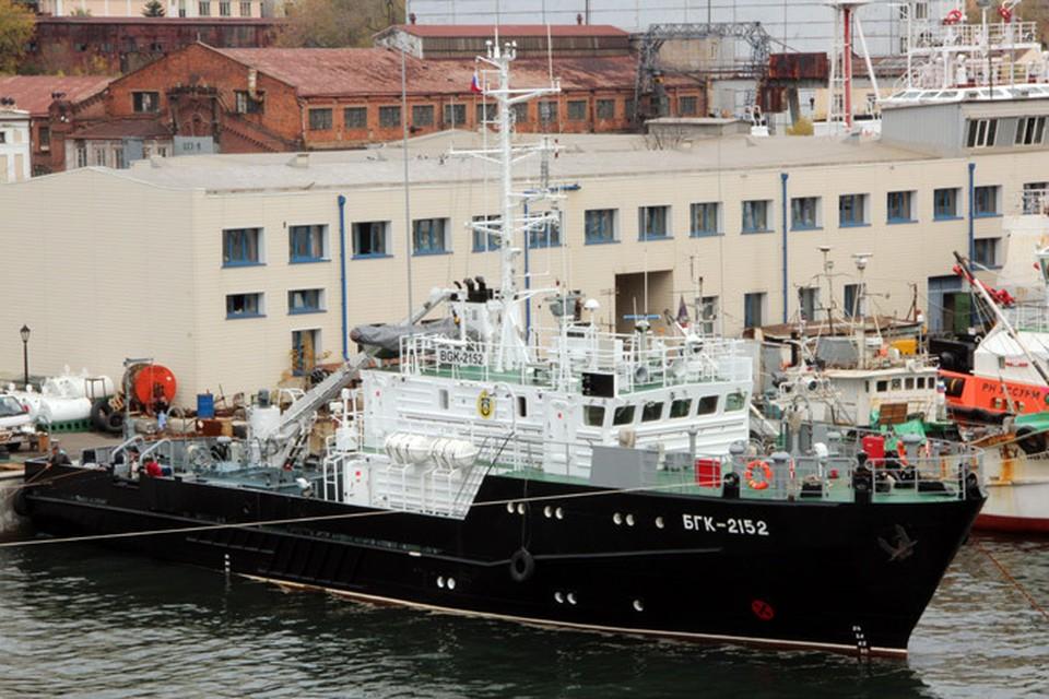 Моряки готовятся поднять Андреевский флаг на большом катере «БГК-2152». Фото: предоставлено пресс-службой ТОФ