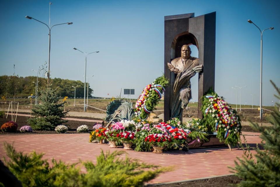 Памятник Герою России адмиралу Герману Угрюмову.