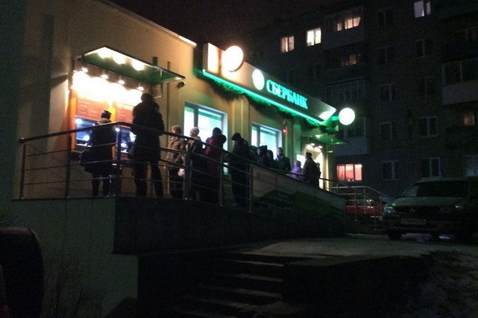 Из-за распространившихся в Смоленске слухов о блокировке карт вечером 17 декабря у банкоматов Сбербанка выстроились очереди.