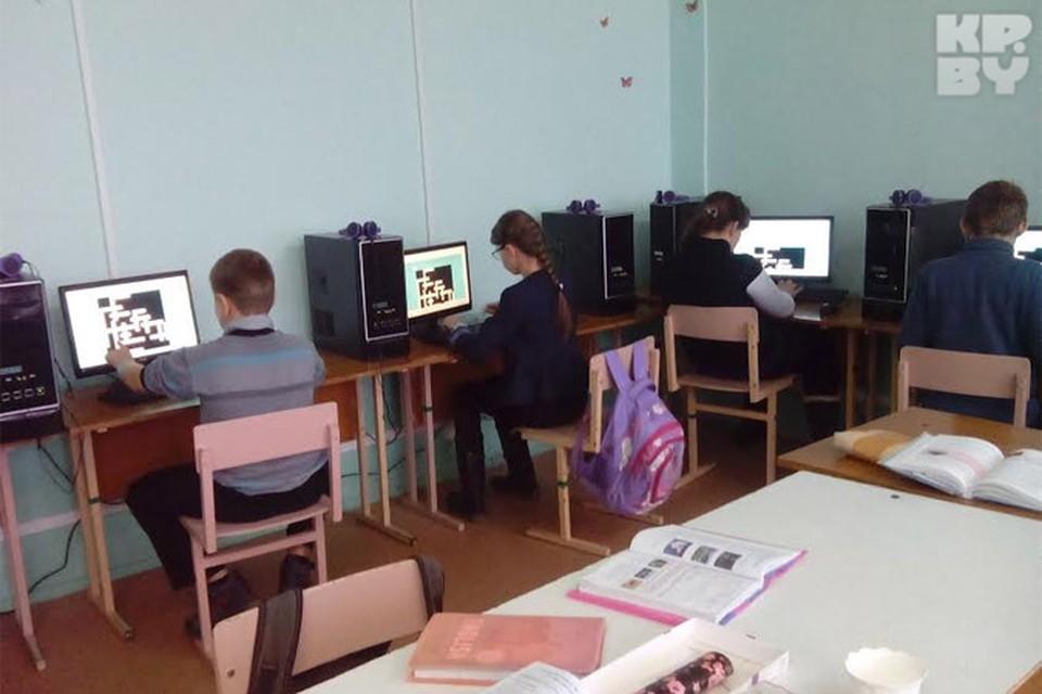 """Ученики 6 """"Б"""" класса в лингафонном кабинете. Фото: автора"""